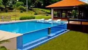 Modelo tradicional de piscina com bordas de vidros.