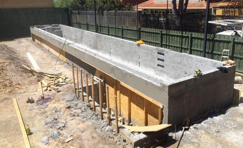 Construção de uma piscina de borda infinita