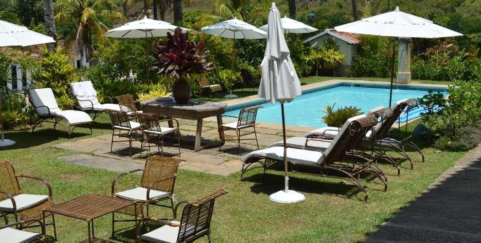 Móveis para área de lazer com piscinas.